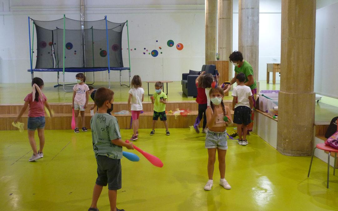 La Semana de las Artes en Alcañiz comienza con una sesión de circo infantil./ Emma Falcón
