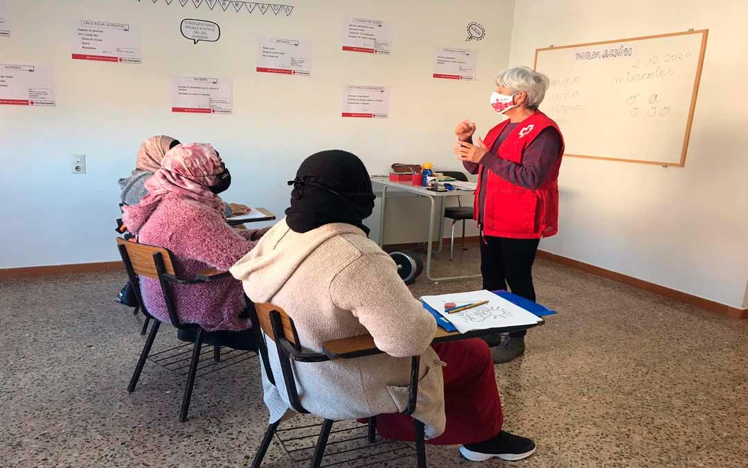 En Cruz Roja de Caspe ofrecen clases de español para adultos / J.B.