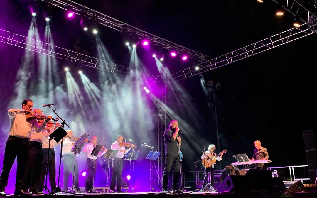 En algunas canciones, Bertín Osborne estuvo acompañado de músicos / P.S.