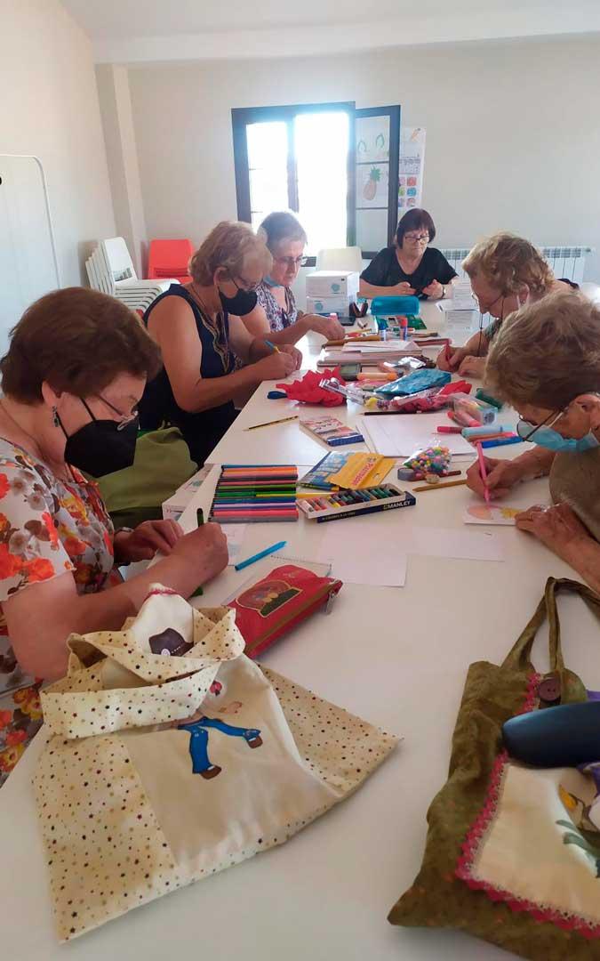 Cruz Roja Caspe organiza talleres de costura, entre otros / J.B.
