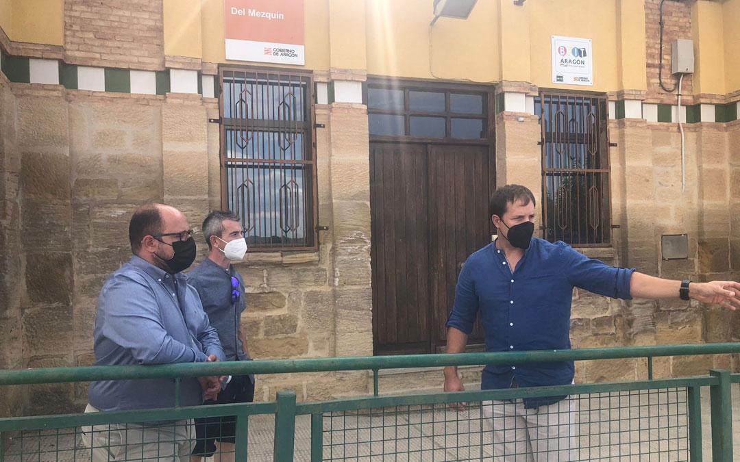 El alcalde de Valdealgorfa, Ángel Antolín, explica las mejoras en la zona educativa a Alberto Izquierdo y el alcalde de La Ginebrosa, Miguel Ángel Balaguer. / DPT