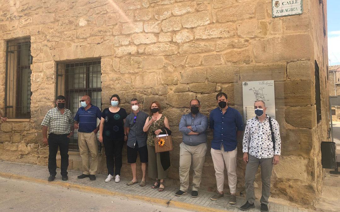 Foto de familia en la visita del vicepresidente de la DPT junto al claustro de Valdealgorfa. / DPT