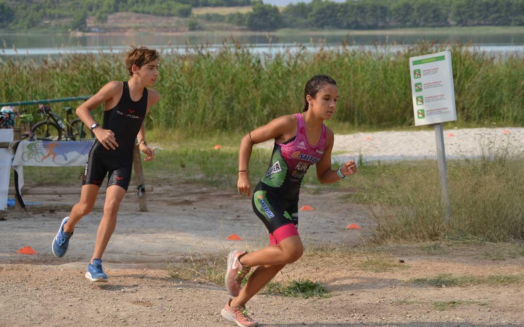 Dos triatletas comenzando el sector de carrera a pie. Foto. J.V.