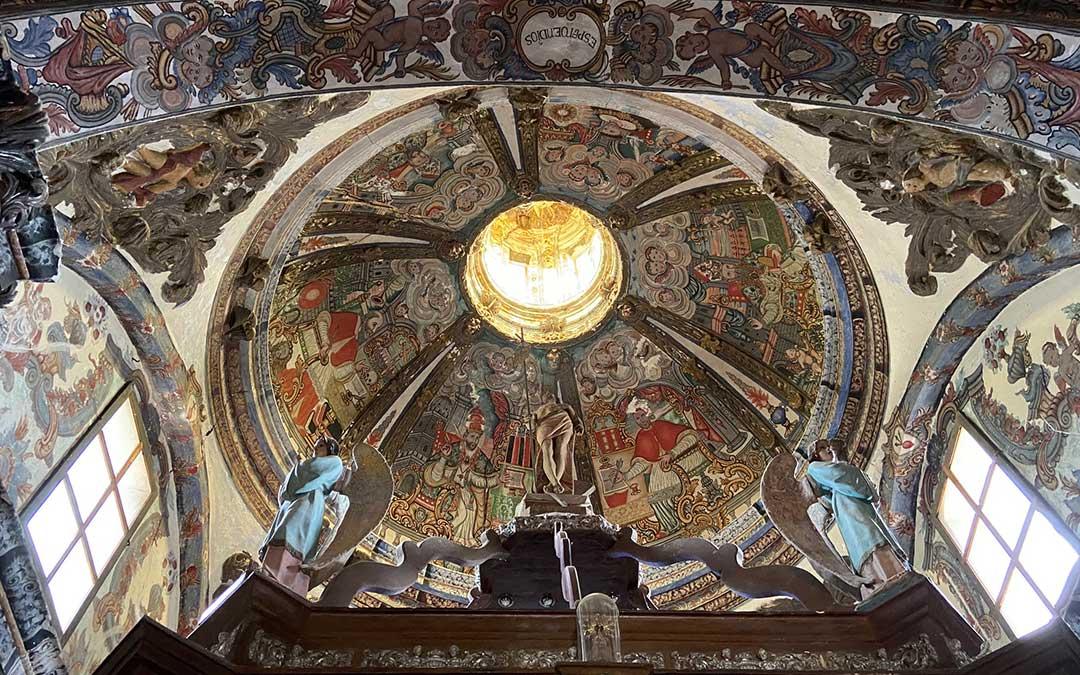 Cúpula de la ermita del Santo Sepulcro de Alloza, con una profusa decoración pictórica. En la imagen también aparece la parte alta del baldaquino, culminada por varias figuras./ Alicia Martín