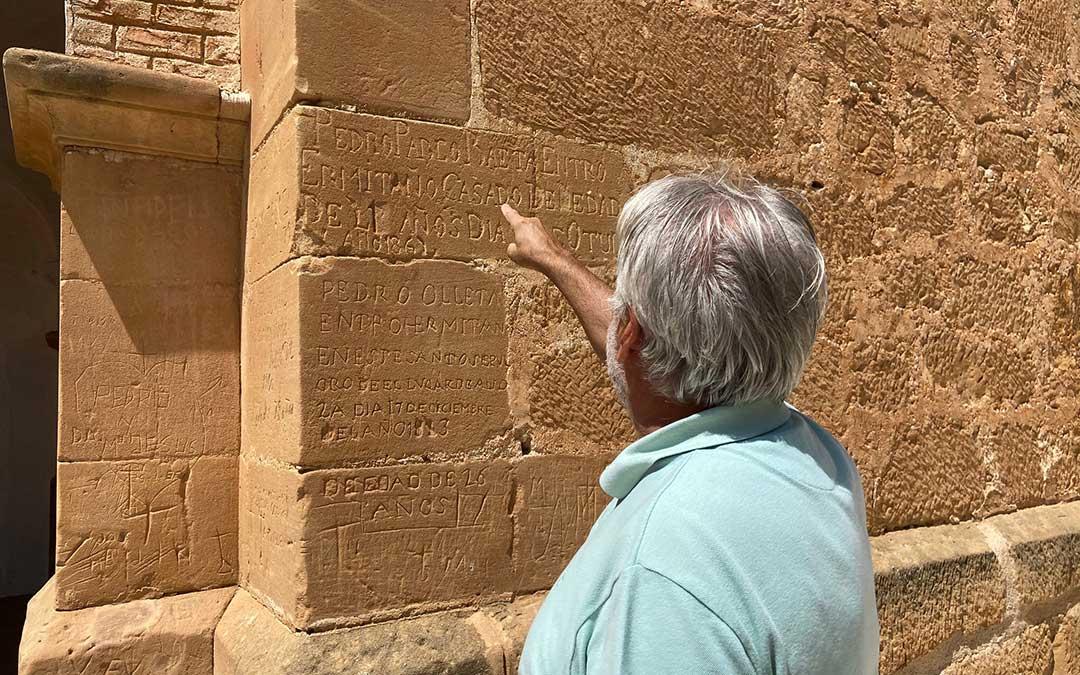 Inscripciones en la zona exterior de la ermita de los últimos ermitaños de Alloza./ Alicia Martín