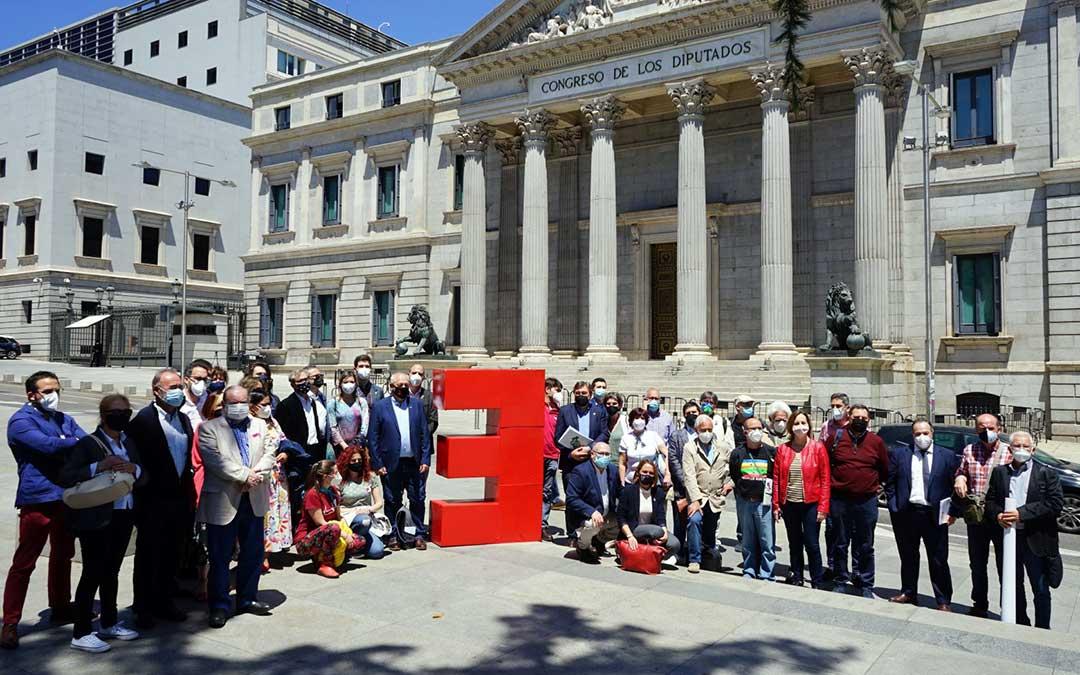Representantes de la España Vaciada frente al Congreso de los Diputados, en Madrid./ Coordinadora España Vaciada