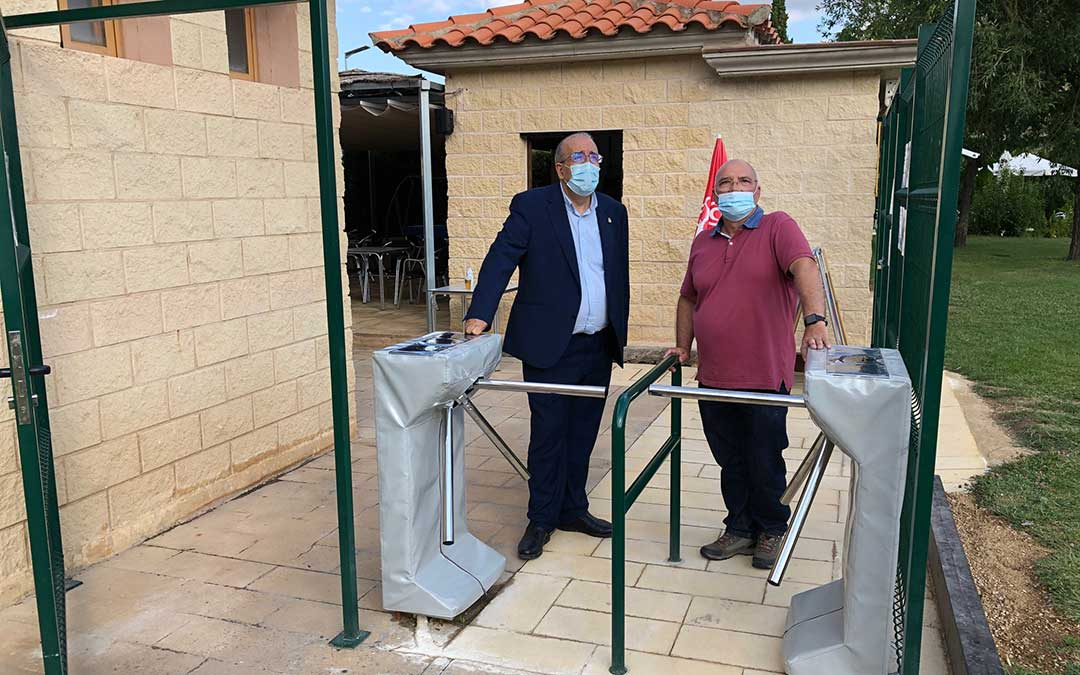 Rando y Lahoz en los tornos instalados en la entrada para el control del acceso./ DPT
