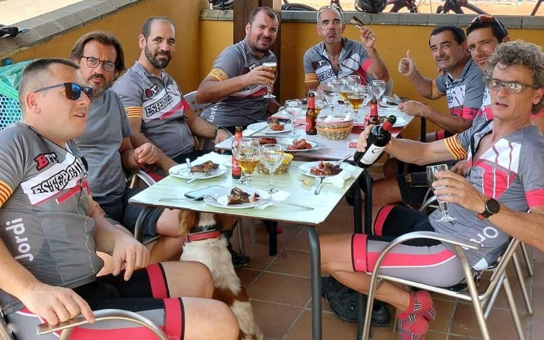 Los participantes disfrutando de un almuerzo en el camping de Cañizar del Olivar. Foto. J.O.