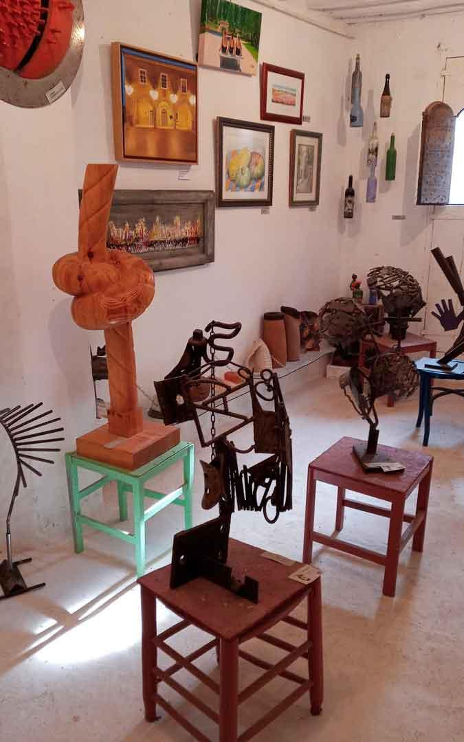 La Casa de los hierros guarda una exposición permanente de esculturas en hierro reciclado / J.G.