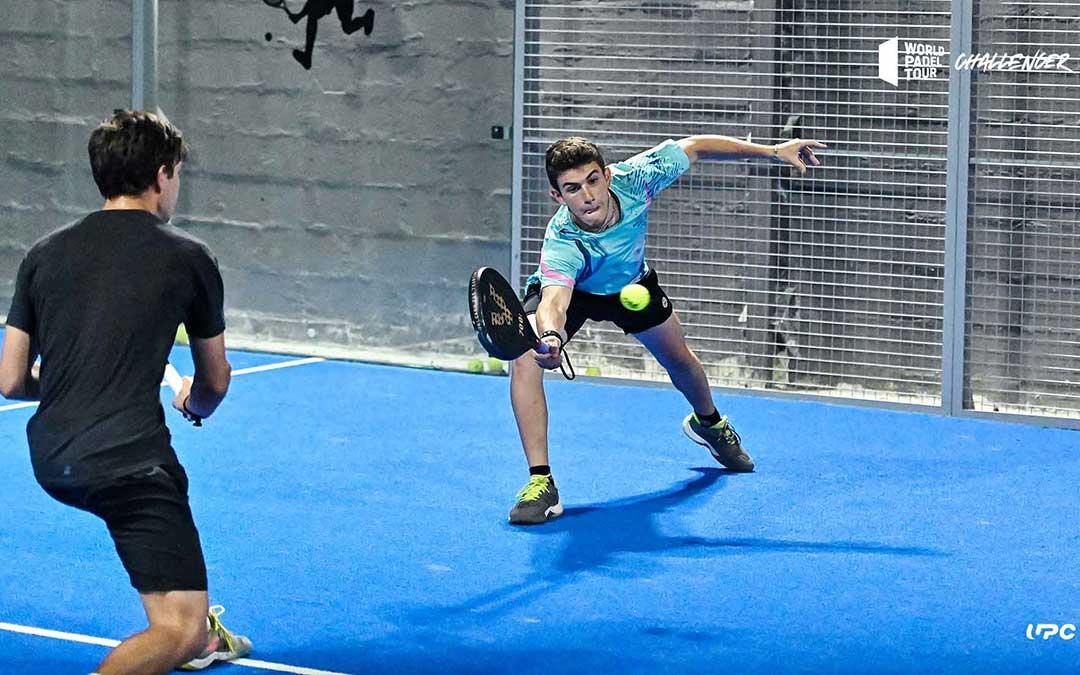 El jugador de pádel Facuando Domínguez en los dieciseisavos de final disputados este miércoles en Alcañiz./ Germán Pozo