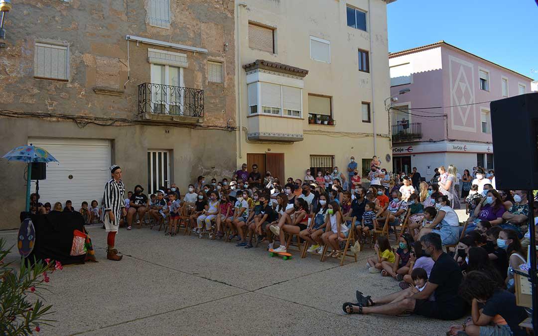 Maricuela con su espectáculo 'La Faldicaja' en la plaza del Penal de Fabara./I.M.