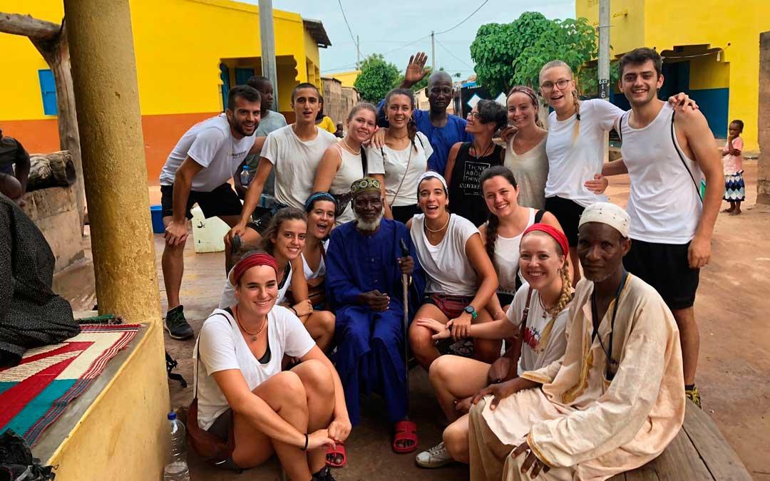 Algunos de los estudiantes, junto a la población autóctona de Baja Kunda / P. P.