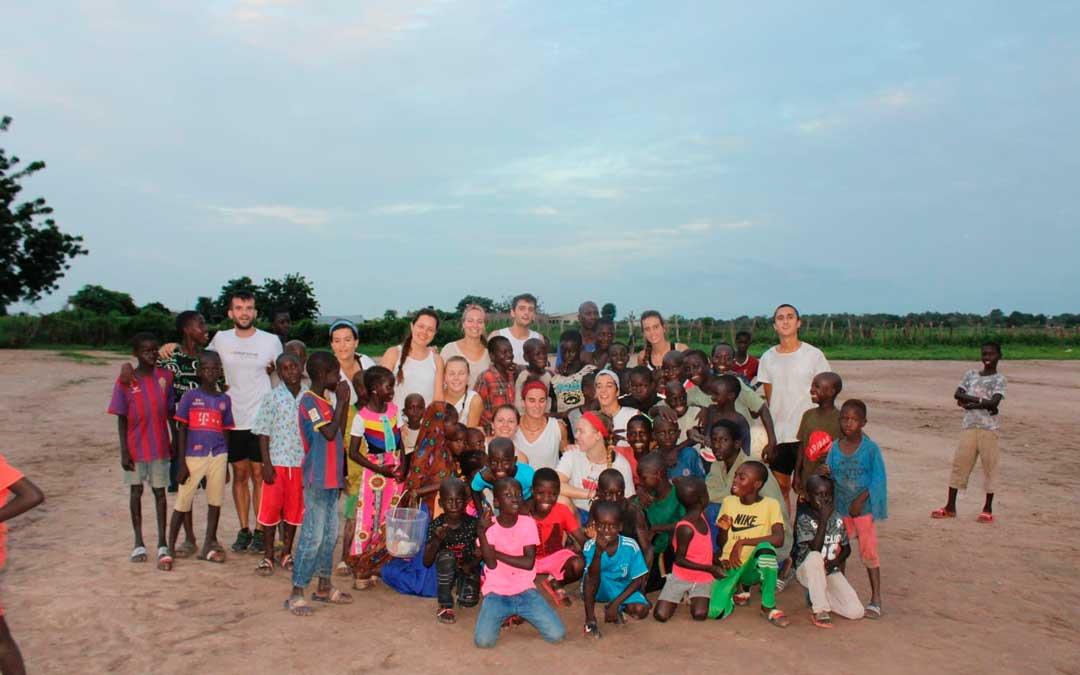 Los voluntarios del programa junto a algunos niños de la localidad africana / P. P.