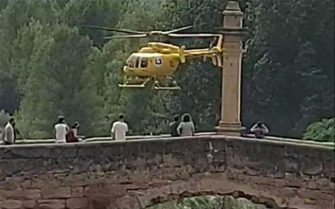 El helicóptero cargando agua en el río. / L. C.