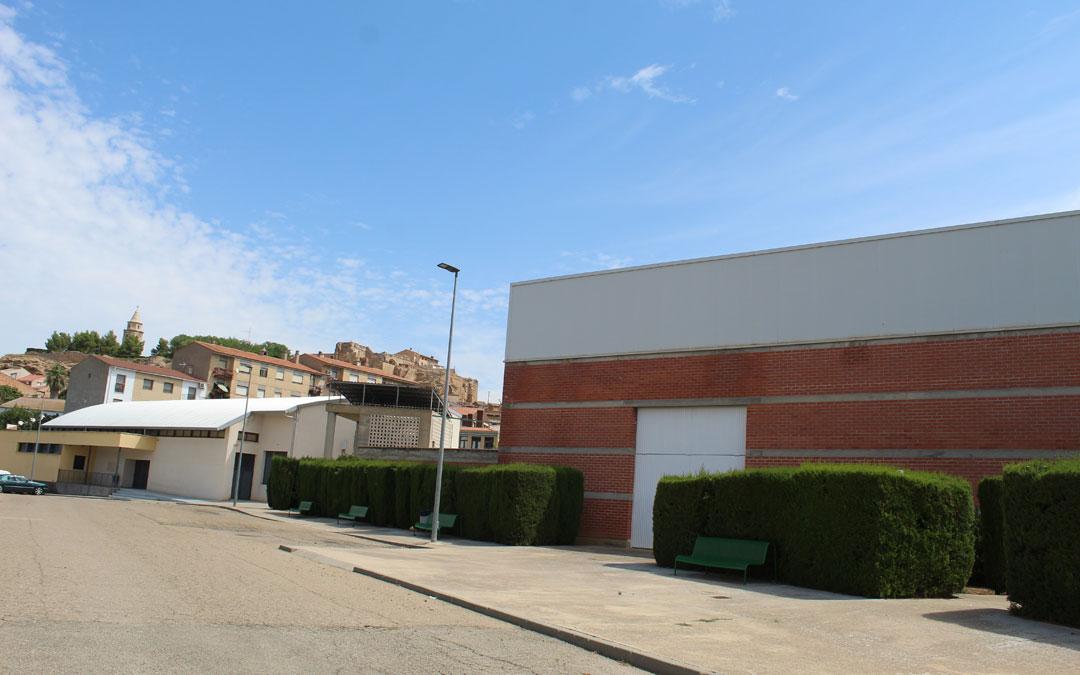 Detalle de la zona deportiva de Híjar con el polideportivo en primer término. Al fondo, el pabellón multiusos. / B. Severino