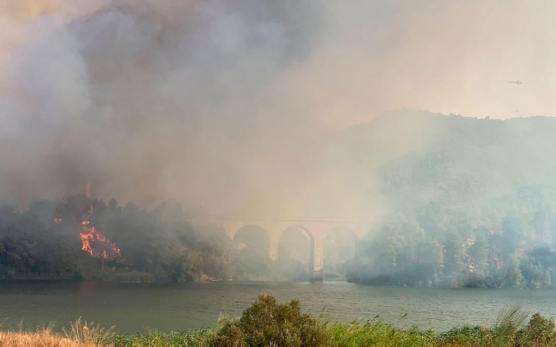 Las llamas del incendio de la Pobla de Massaluca vistas desde Fayón./ Ayuntamiento de Fayón