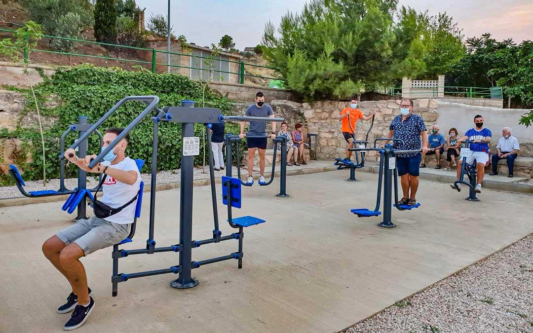 El nuevo parque para adultos está equipado con maquinaria para hacer desde musculación hasta mantenimiento. / Asociación cultural
