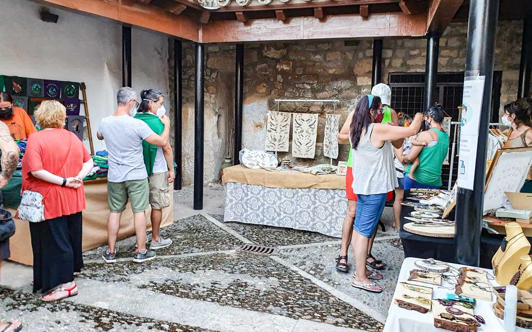 Los tres puestos de artesanía en Jatiel. / Asociación cultural