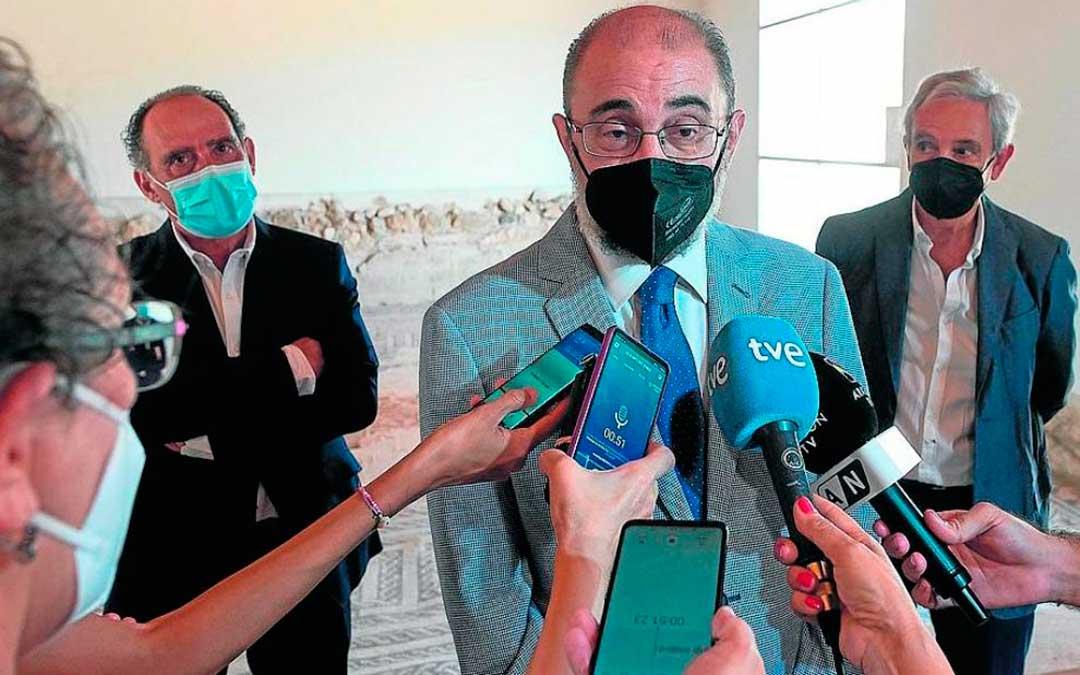 Javier Lambán atiende a los medios en el yacimiento La Malena de Azuara./ Francisco Jiménez