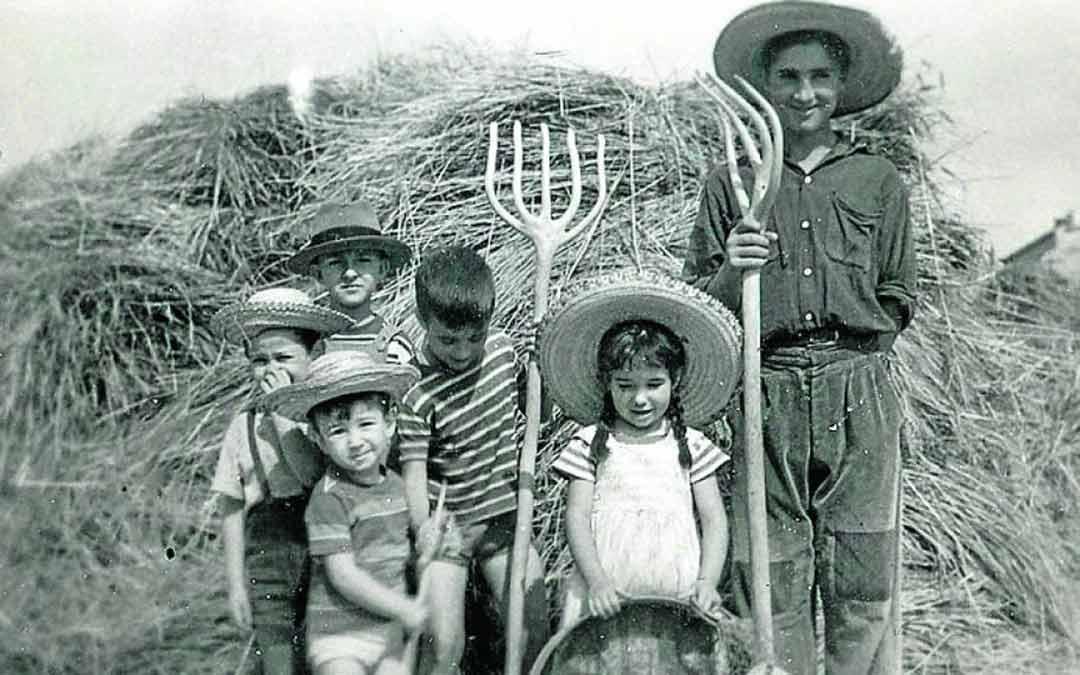 Jorge Gay con su familia y amigos. Él está detrás, con sombrero oscuro./Archivo Jorge Gay