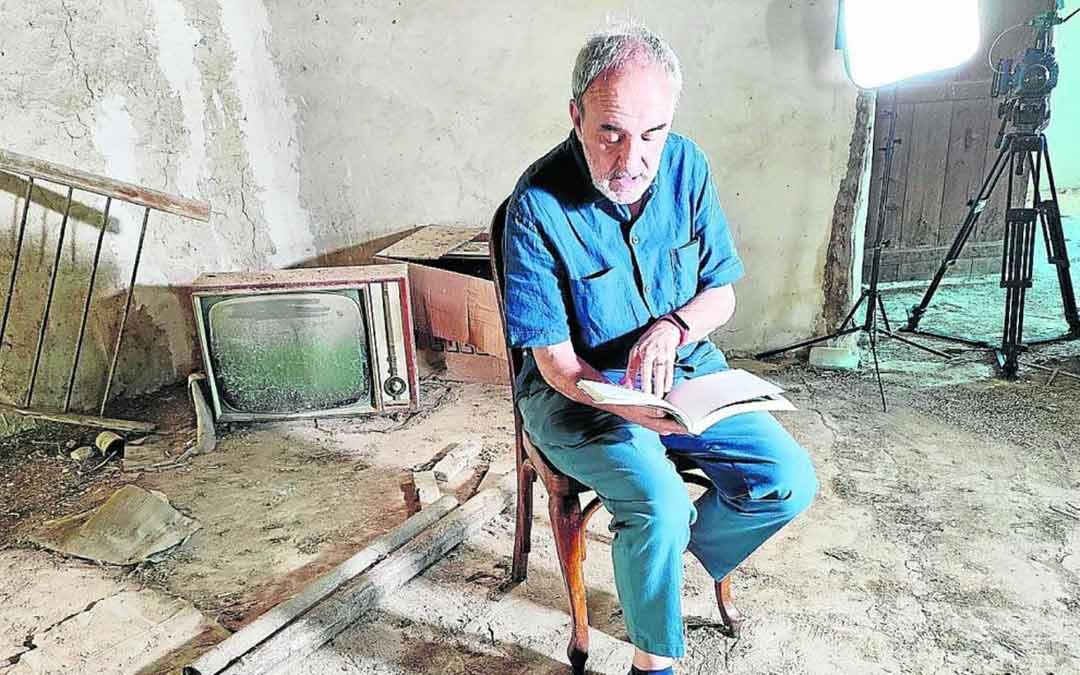 Jorge Gay ha vuelto a la casa donde pasó varios veranos con sus familia en La Codoñera./Antón Castro