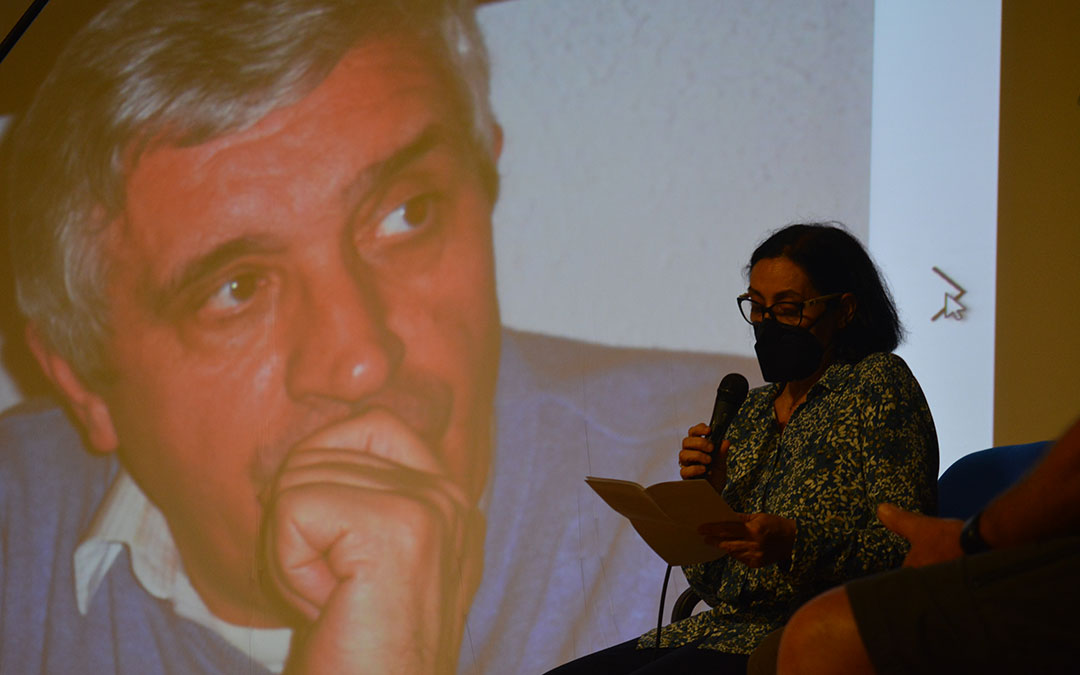 Pilar Gil con la imagen de su hermano en pantalla./I.M.