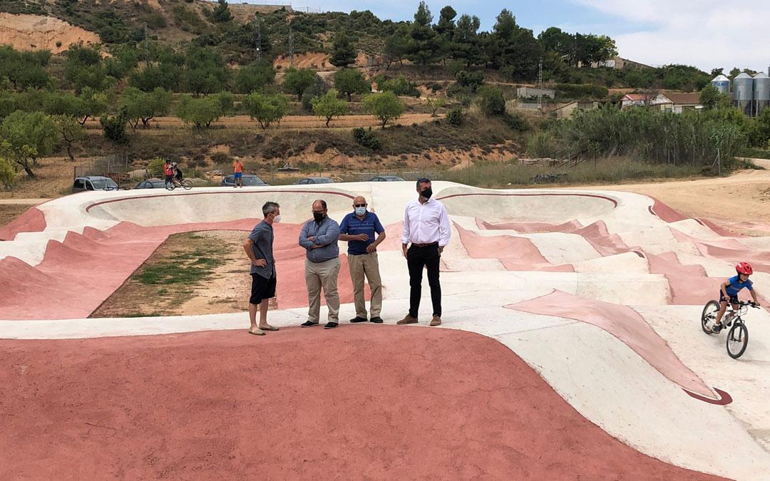 El alcalde, Miguel Ángel Balaguer, muestra el circuito de pump track al vicepresidente de la DPT, Alberto Izquierdo, al diputado bajoaragonés, Antonio Pérez, y al vicepresidente comarcal, José Manuel Ínsa. / DPT