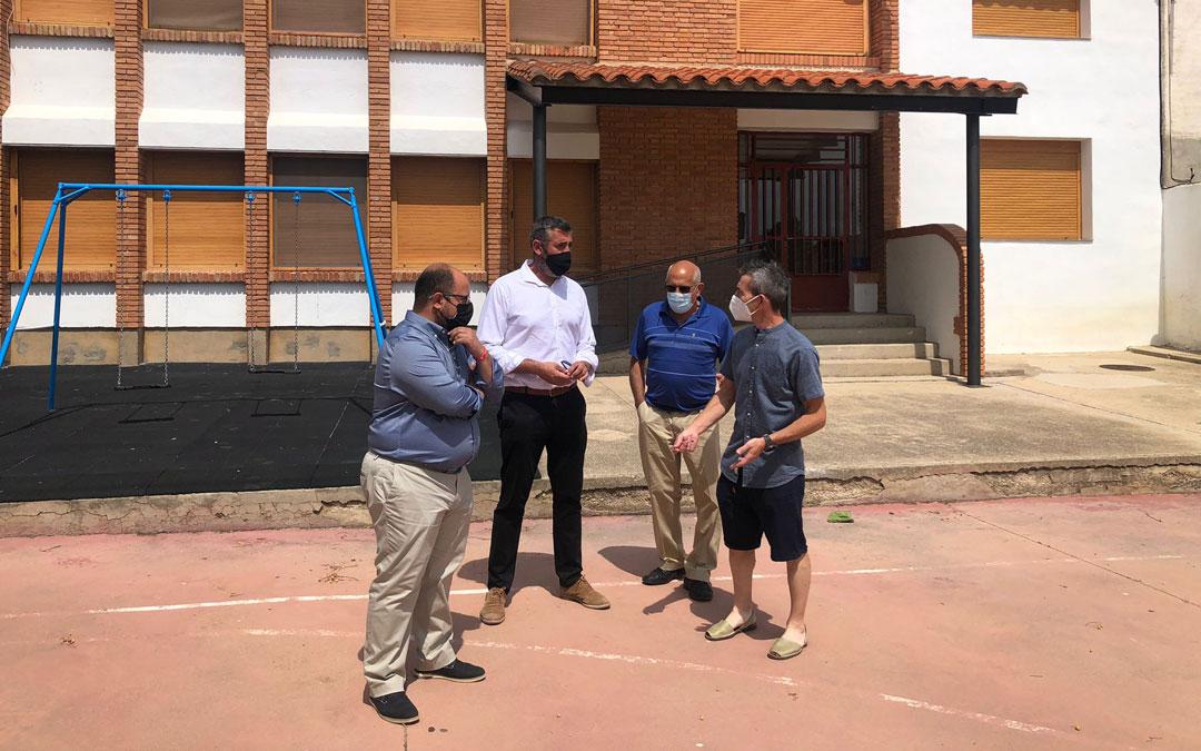 Izquierdo, Pérez, Ínsa y Balaguer, en el colegio de La Ginebrosa donde se va a intervenir en mejorar la pista. / DPT