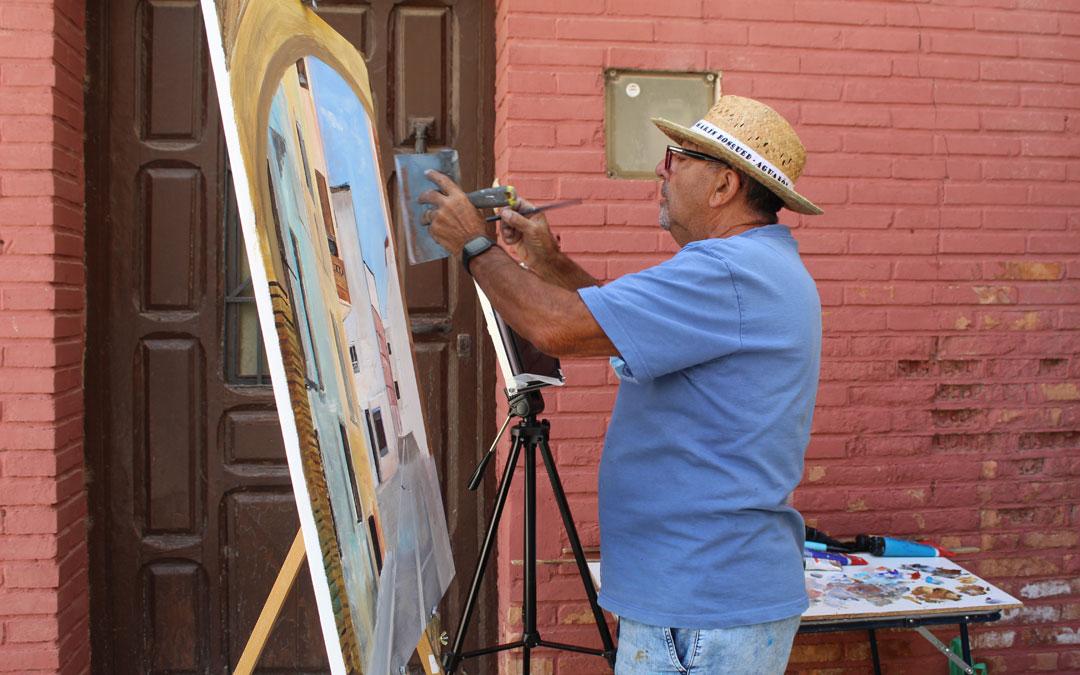Pinilla, dando casi los últimos retoques de una perspectiva en la que aparecen las casas junto a la iglesia en la calle San Ramón. / B. Severino