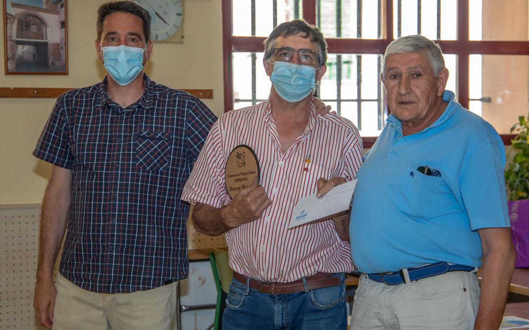 Claudio Gómez, el primer premio de 2021, entre el alcalde, Pedro Bello; y Jesús Arto, patrocinador con la empresa Maprocosa. / Pepe Ubalde