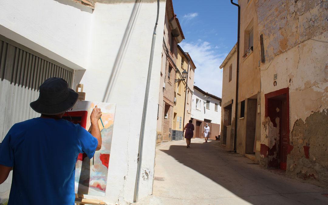 Vecindario y artistas convivieron en la calle por la mañana. El ariñense Joaquín Macipe eligió un punto concreto de la calle San Roque. / B. Severino
