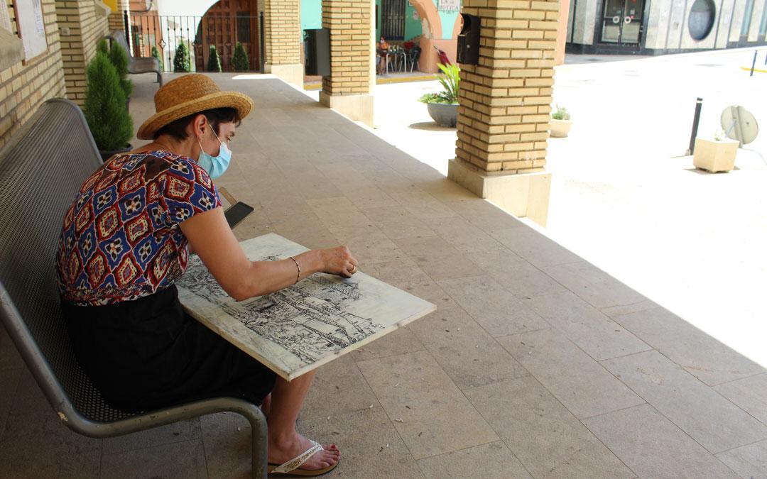 En la plaza de España, otra de las participantes en este caso sin nada de pinceles. / B. Severino