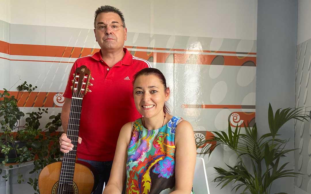 Laura Satué y Jesús Buisán en el estudio de Radio La Comarca./ A.M.