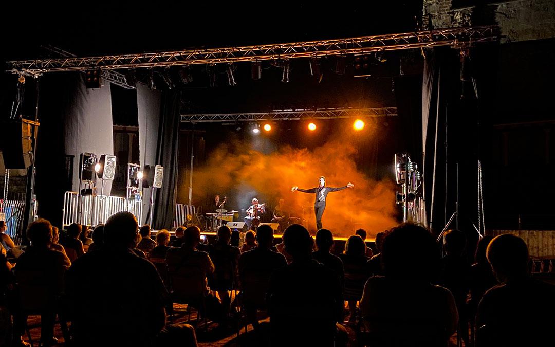Miguel Ángel Berna sobre el escenario albalatino, en la plaza de toros este jueves./ Alicia Martín
