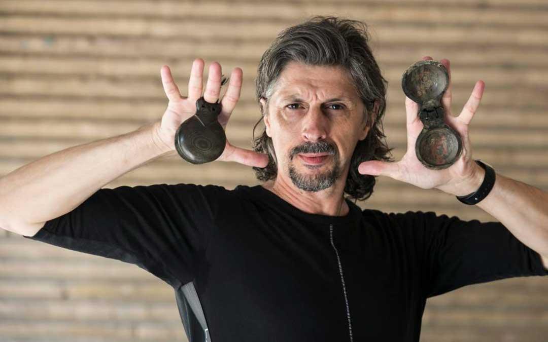 El bailarín aragonés Miguel Ángel Berna con sus históricas castañuelas / Guillermo Mestre-Heraldo de Aragón