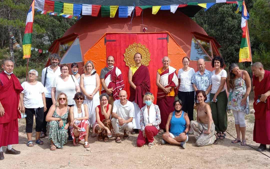Foto de familia de los asistentes al centro de Monroyo junto a Sangchen Norbu Ling./ L.C.
