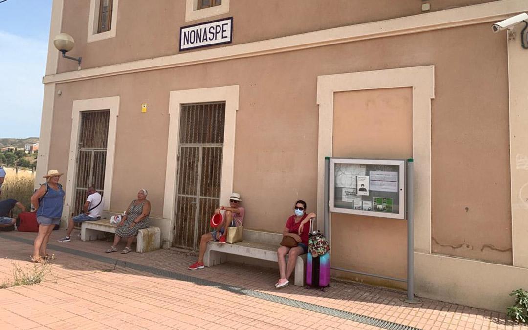 Viajeros esperan a ser atendidos en la estación de Nonaspe