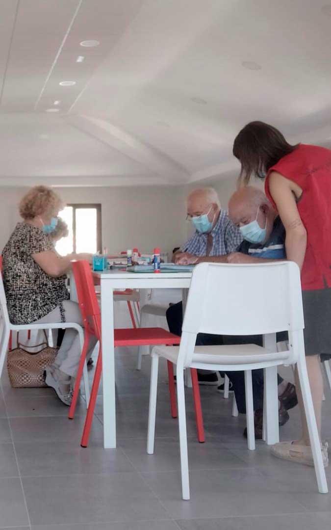 Algunos de los voluntariados que organiza Cruz Roja en Caspe es de trabajo con personas mayores / J.B.