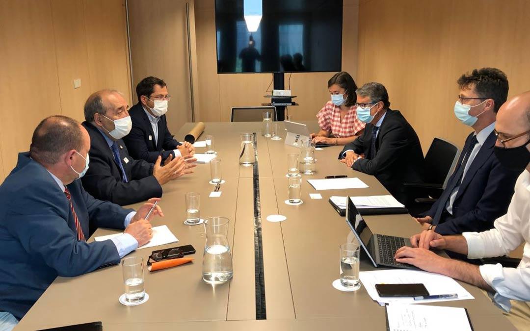 Imagen de archivo de la reunión del presidente Rando y el subdelegado del Gobierno en Teruel, José Ramón Morro, en el ministerio de Asuntos Económicos y de Transformación Digital donde les adelantaron los aspectos de este plan UNICO./DPT