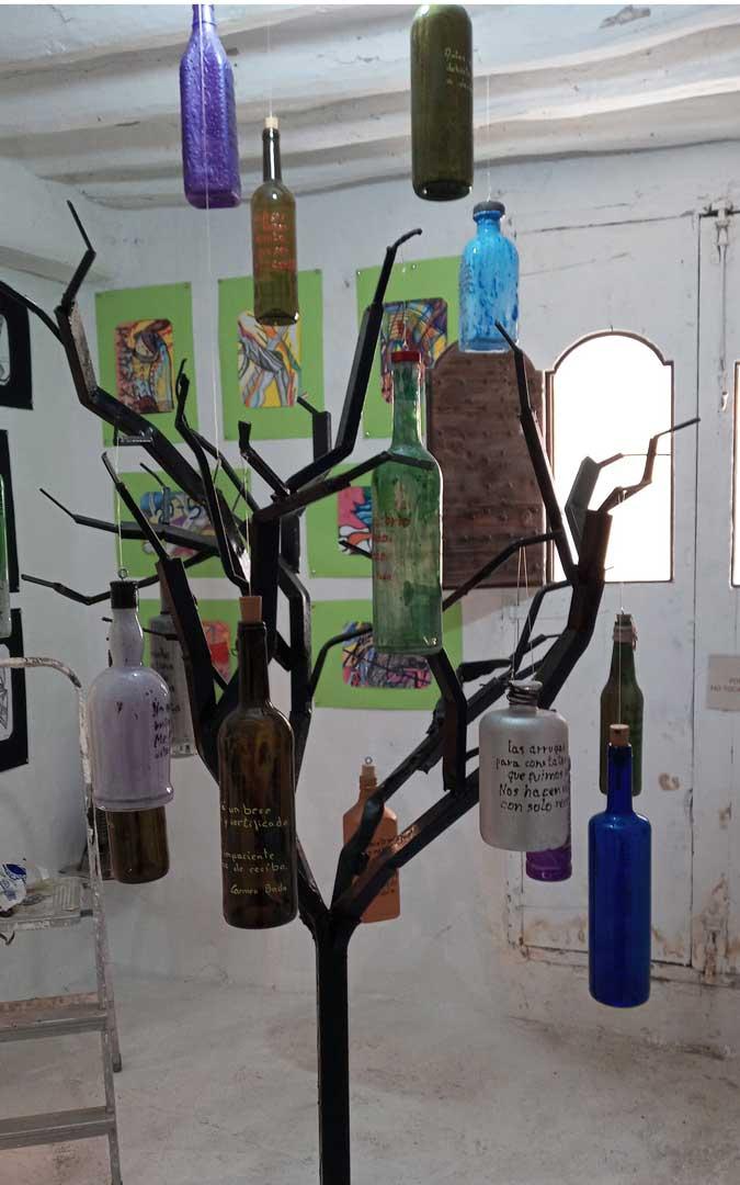 La Casa de los hierros acoge una nueva exposición de poesía embotellada / J.G.