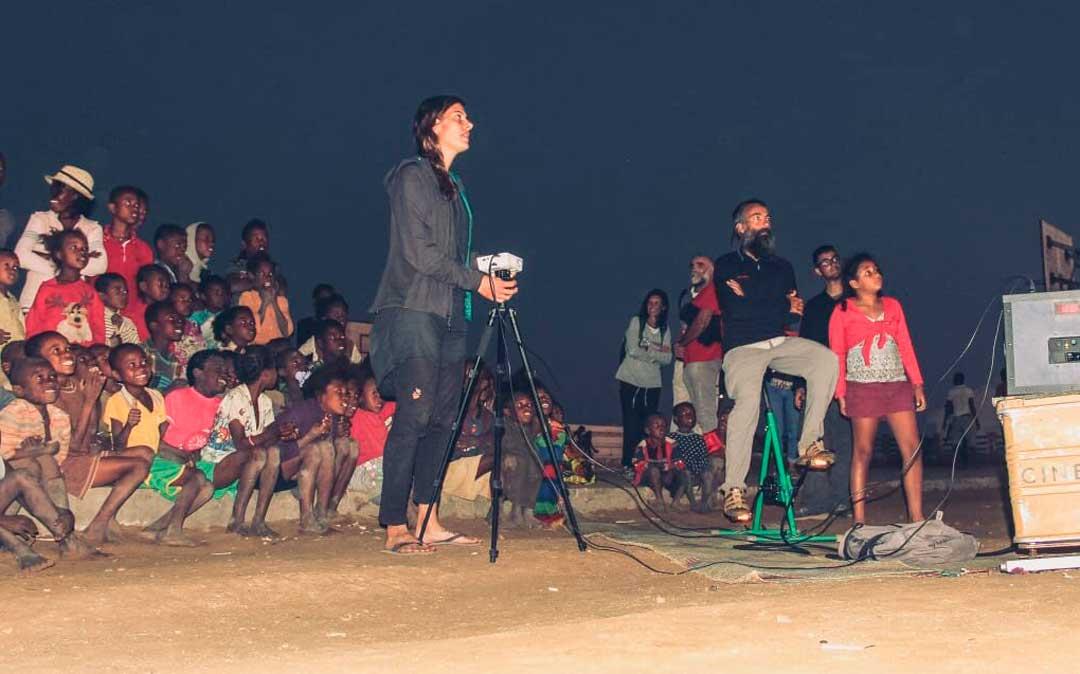 Proyectaron numerosas sesiones de cine en África con la 'Cinecicleta' / C.L. I.S.