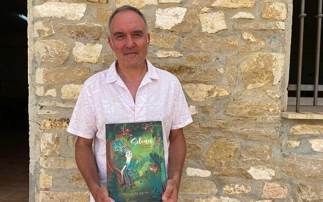 Rafa Yuste, escritor y director editorial de Prames, posa con 'Silván y los árboles parlantes'./ Alicia Martín