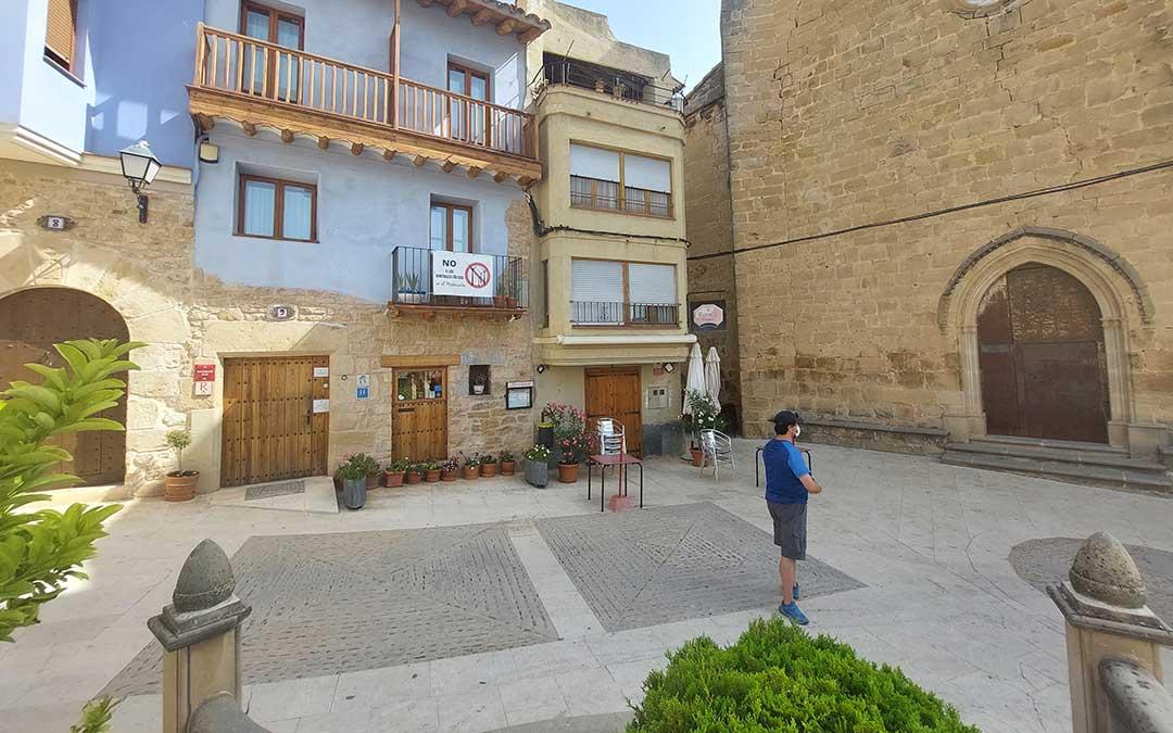 La Plaza Mayor de Ráfales con el bar cerrado y un solitario turista en pleno puente de agosto. J.L.