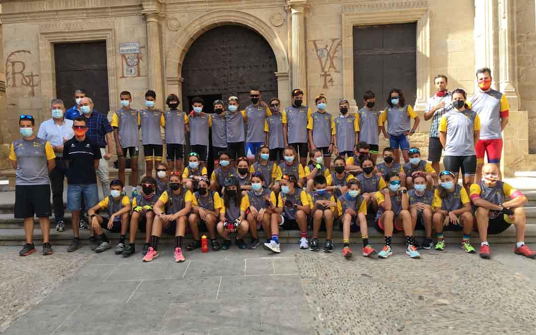 Los jóvenes deportistas han sido recibidos por representantes consistoriales y deportivos./ Aarón Ferrando