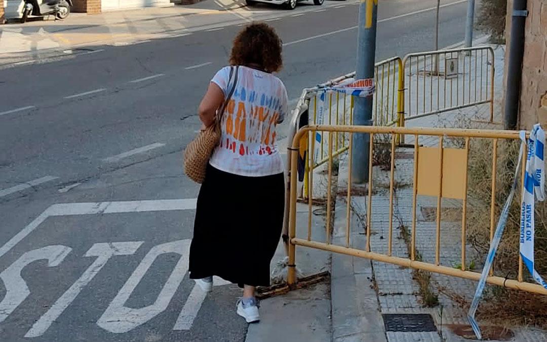 El talud de acceso al barrio de San Pascual está vallado debido a la caída de cascotes, lo que provoca que los viandantes deban caminar por la calzada / La Comarca