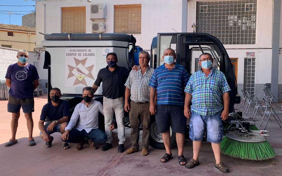 El alcalde -centro de pie- y trabajadores y miembros de la corporación municipal, con la nueva barredora para Samper. / Ayto. Samper