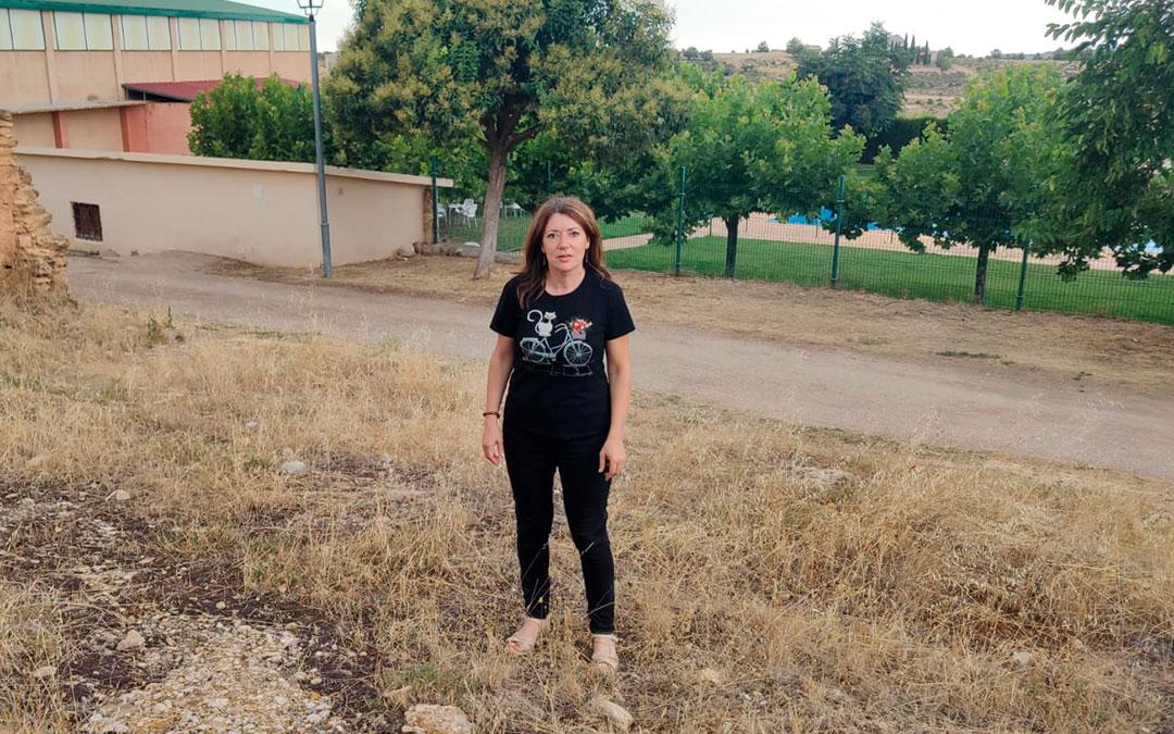 La alcaldesa de La Mata de los Olmos, Silvia Gimeno, en el solar delante de las piscinas en el que se se construirán las tres viviendas adosadas con garaje / La Comarca