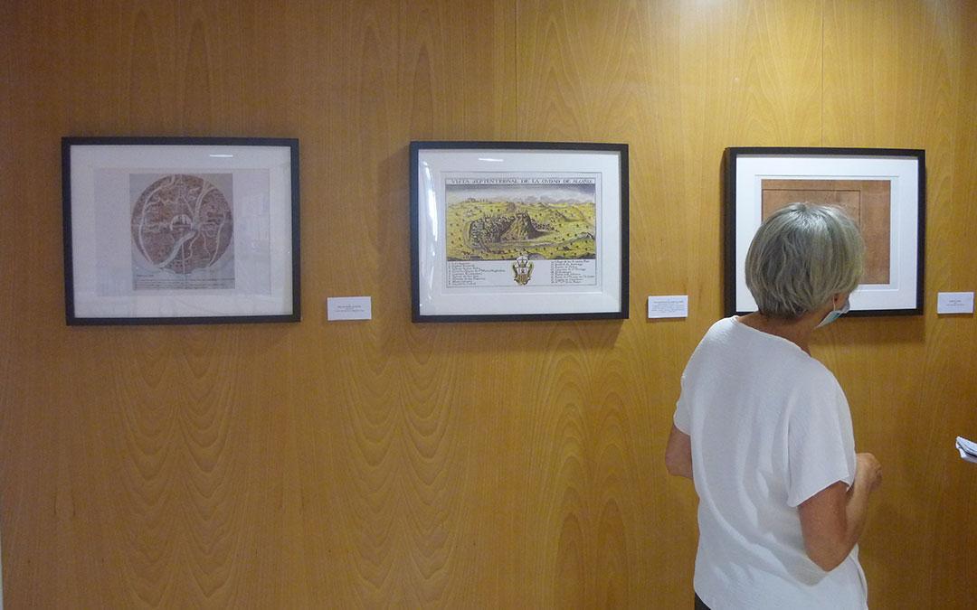 La responsable del Archivo Municipal, Teresa Thomson, en la exposición de mapas en el Palacio Ardid / E. F