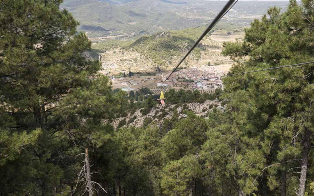 La tirolina de Fuentespalda -en la foto-, la más grande de Europa, salva un desnivel de 200 metros./Laura Uranga (Heraldo)