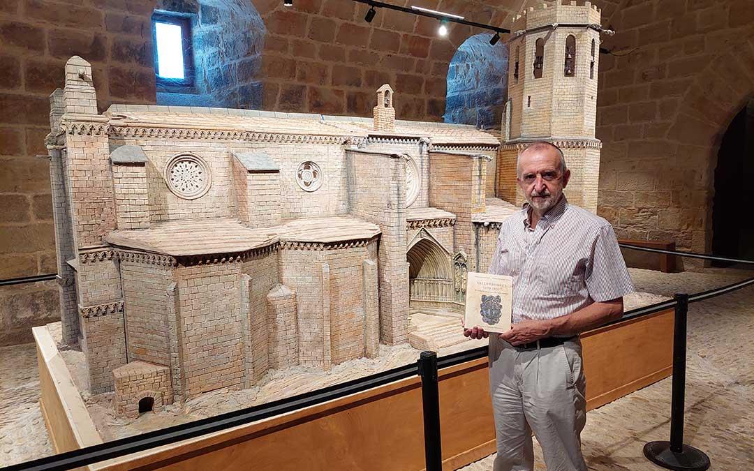 Manuel Siurana, junto a la maqueta del proyecto inicial de la iglesia de Valderrobres. J.L.